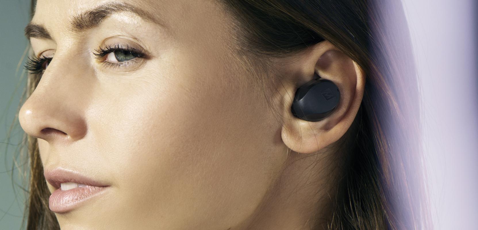 Kobieta ze słuchawkami MEE Audio X10